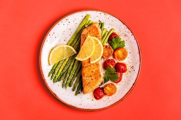 Лосось на гриле с овощами на тарелке