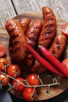 Жареная колбаса и овощи