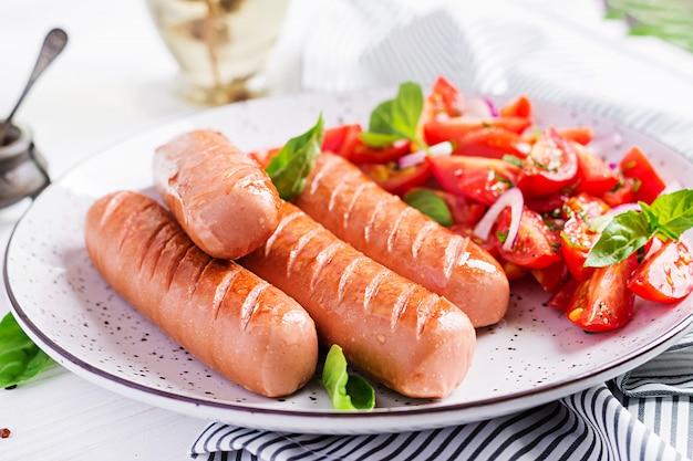 Жареная колбаса с помидорами, базиликом и красным луком