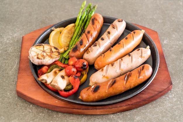 Жареная колбаса с овощами