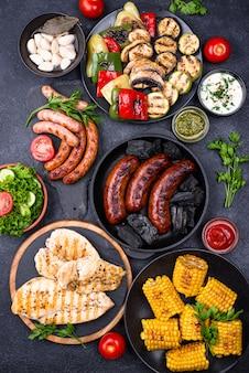 Колбаски гриль, мясо и овощи.