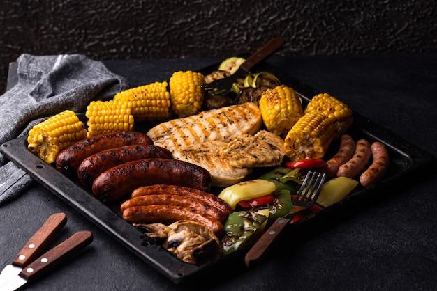 ソーセージの肉と野菜のグリル