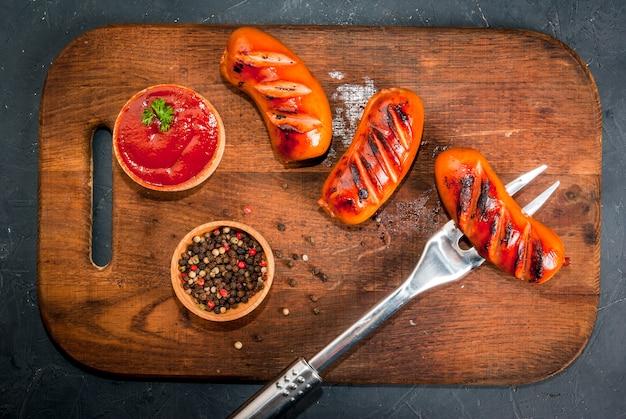 Колбаски гриль с кетчупом и специями