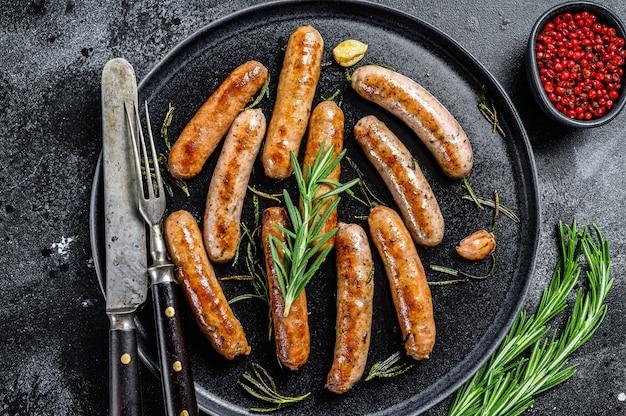 Колбаски на гриле с травами розмарина, говядиной и свининой.