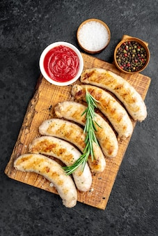 Колбаски гриль со специями на каменном столе