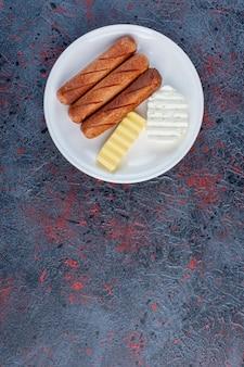 화이트 치즈와 버터를 곁들인 구운 소시지.