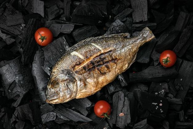 Жареный морской лещ на углях