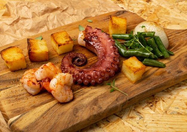 Жареные морепродукты на деревянной доске