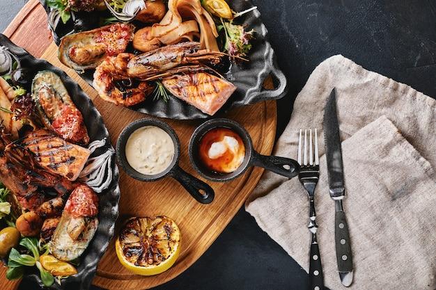 Блюдо из морепродуктов на гриле с вкусным ассорти из морепродуктов и овощей на гриле