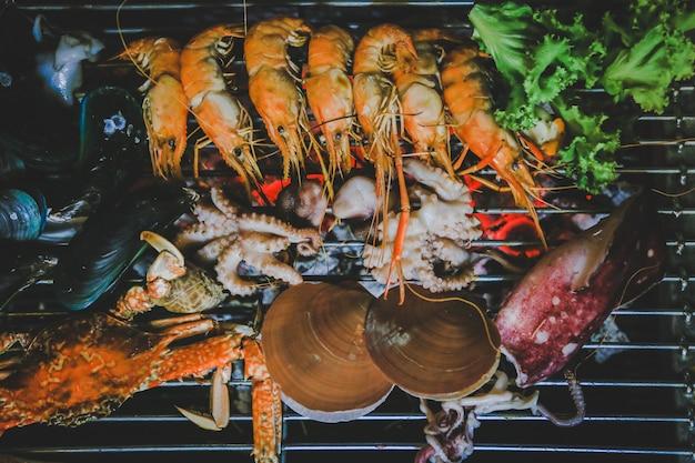 Морепродукты на гриле, уличная еда