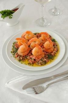 매운 그레이비에 토마토, 마늘, 허브를 곁들인 구운 새우