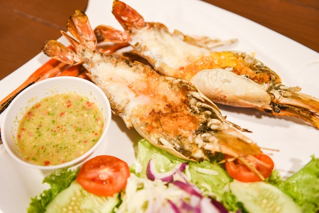 Grilled shrimps cut in half with fresh vegetables