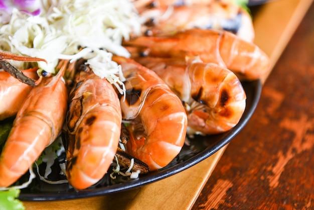 Grilled shrimps with salad