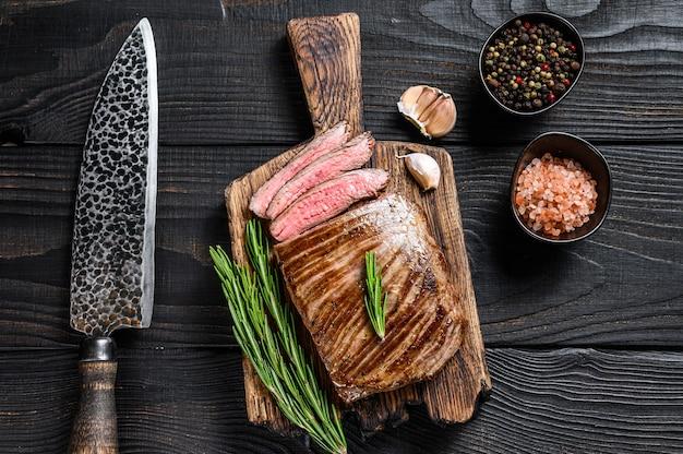 Стейк из говядины на гриле на деревянной разделочной доске