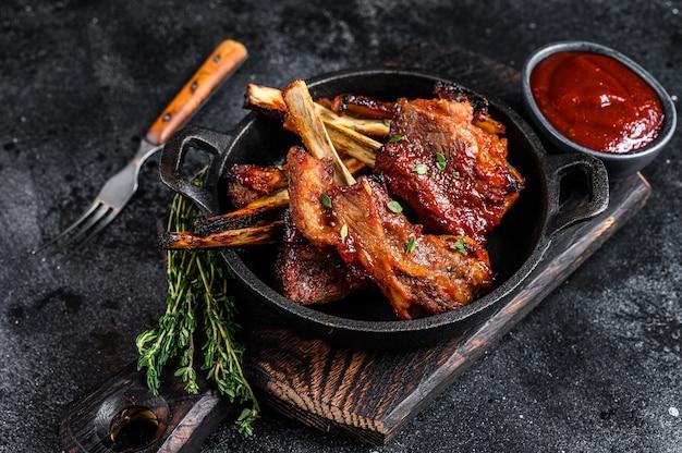 팬에 구운 얇게 썬 쇠고기 또는 송아지 갈비