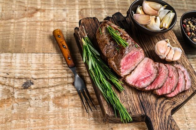 まな板の上でスライスしたラムフィレ肉ステーキのグリル