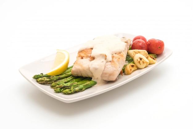 야채와 구운 도미 생선 스테이크