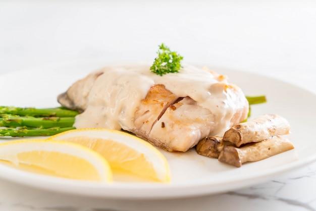 구운 도미 생선 스테이크
