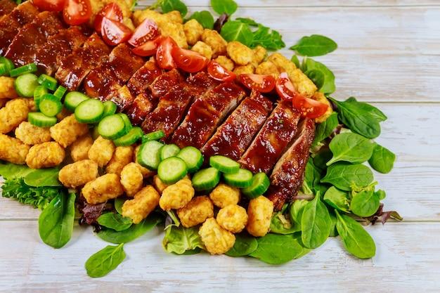 Ребрышки на гриле с зеленым салатом и картофелем