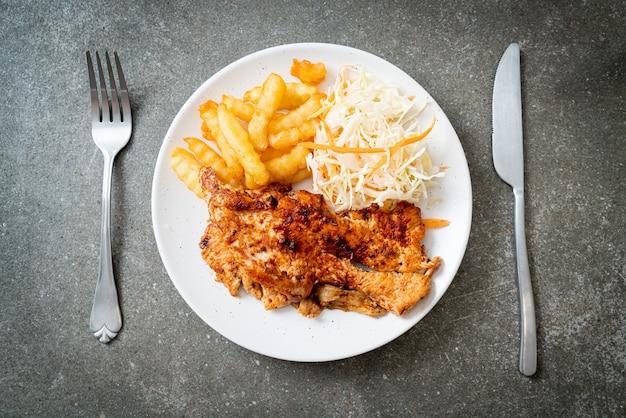 Острый куриный стейк на гриле с картофелем фри