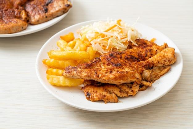 구운 매운 바베큐 치킨 스테이크와 감자 튀김