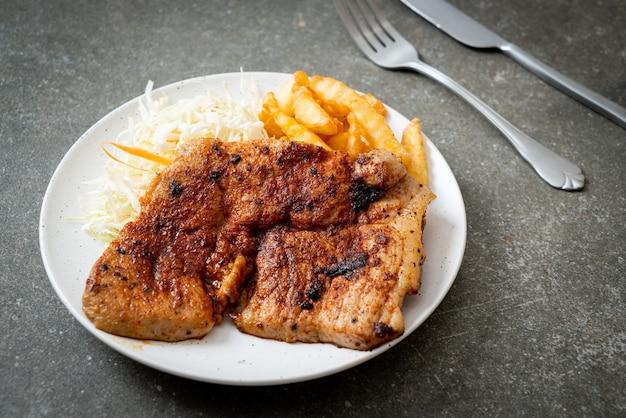 Приготовленный на гриле острый шашлык из свинины куробута с картофелем фри