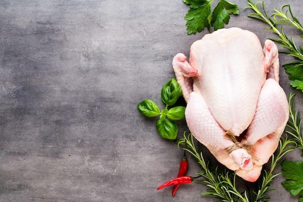Жареный острый цыпленок, овощи на сером. вид сверху.