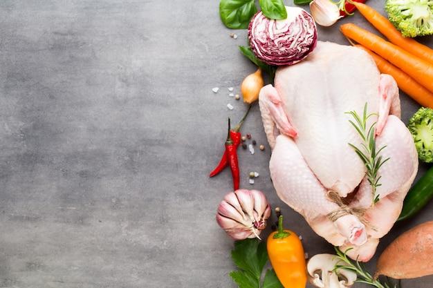 구운 매운 닭고기, 야채 회색 배경에. 상위 뷰입니다.