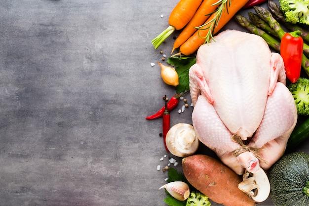 Острая курица на гриле, овощи на сером фоне