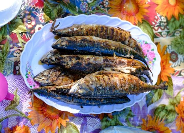 Жареная острая скумбрия на блюде. вид сверху. рыба на гриле