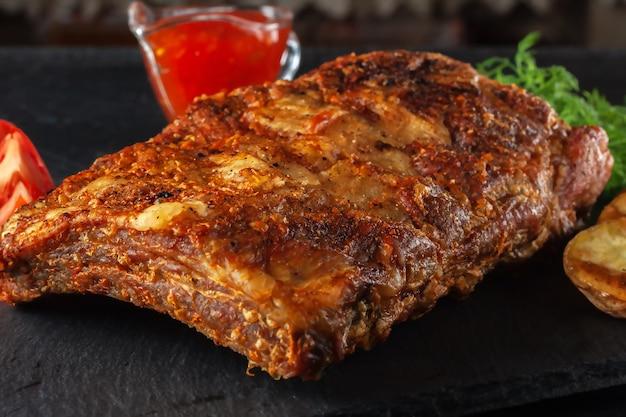 핫 칠리 소스와 신선한 토마토를 곁들인 구운 매운 갈비