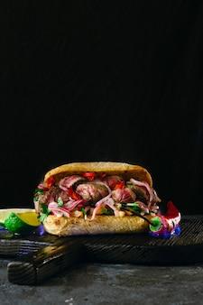 火の炎でグリルスパイシーステーキサンドイッチ