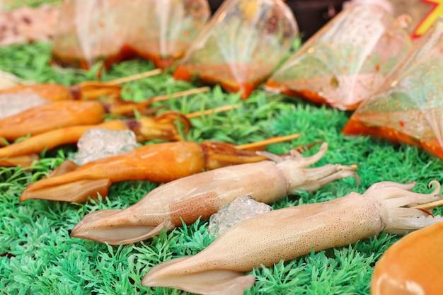 길거리 음식에 구운 오징어