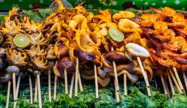 Зажаренный кальмар. зажаренная еда кальмара уличная в таиланде.