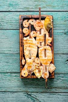 Жареный кальмар на деревянной шпажке
