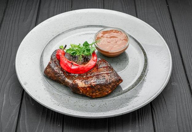 焼き唐辛子のサラダとステーキ肉のグリル