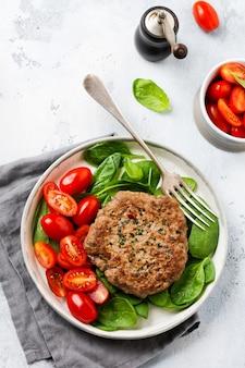 방울 토마토와 시금치 소고기 구이 스테이크