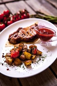 フライドポテトとステーキのグリル