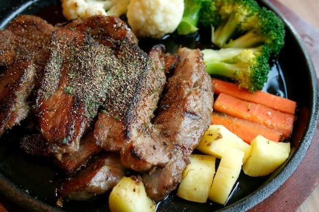 Жареные стейки и овощной салат
