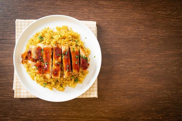 Жареный сладкий цыпленок и перец чили с рисом карри на тарелке