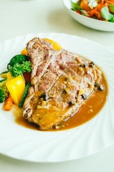 야채와 함께 구운 티본 쇠고기 고기 스테이크