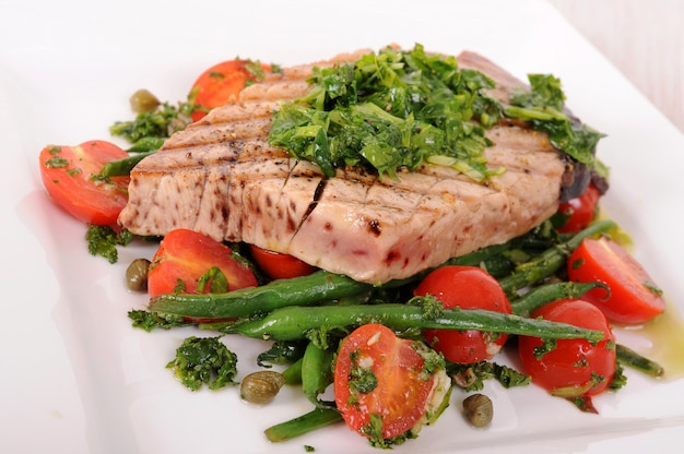 Стейк из тунца из гриля с зеленой фасолью и помидорами черри