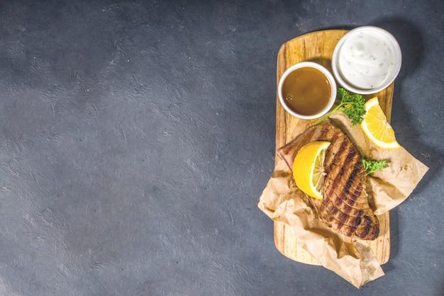 Стейки из тунца на гриле со специями и лимоном, концепция барбекю для кето-диеты