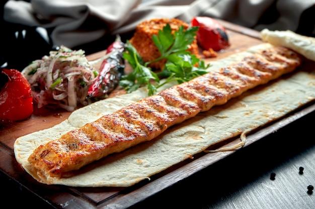 구운 야채, 양파, 쌀 나무 보드에 구운 터키 양고기 룰라 케밥