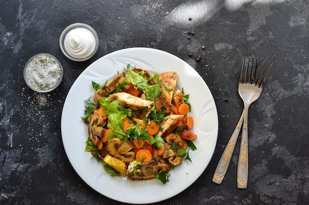 野菜のグリルと鶏胸肉のサラダ。鶏の胸肉、サラダ、マッシュルーム、トマト、オレンジ。