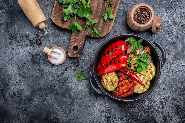 Жареные овощи в чугунной сковороде для гриля, веганская кухня, баннер, меню, место рецепта для текста, вид сверху,