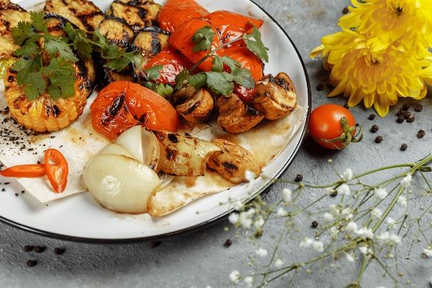 Жареные овощи на белой тарелке. свежие овощи на гриле
