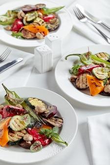 白い皿のレストランの皿のグリル野菜