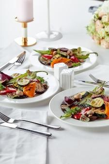 하얀 접시에 구운 야채입니다. 레스토랑 요리