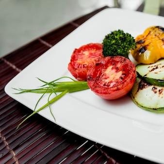 白い皿に野菜のグリル。飲食店。